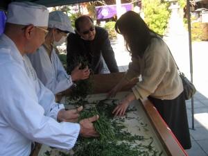 参拝者も製茶の体験